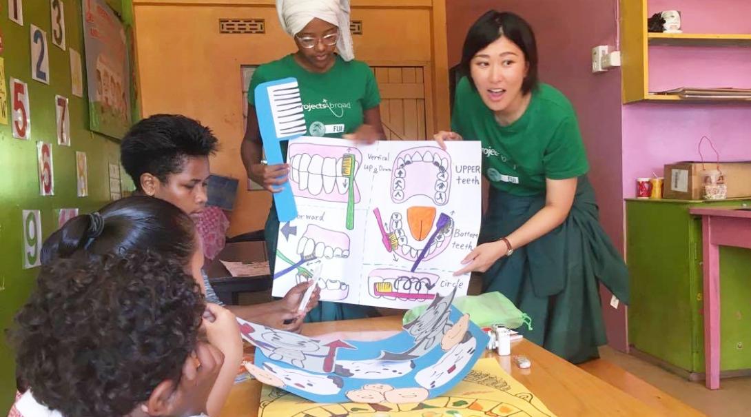 フィジーの子供たちに保健衛生教育を行う日本人インターン